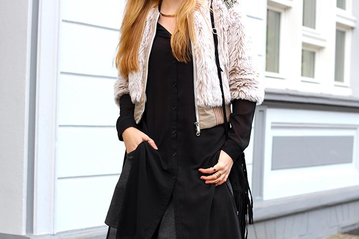 Kunstpelz Bomber Jacke im Layering, langer Bluse kombinieren Outfit Übergangszeit Fashion Blog Köln T
