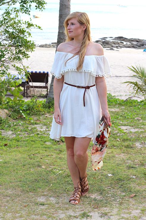 Weißes Schulterfreies Strandkleid Sommertrend 2016 Off-Shoulder Koh Lanta Thailand Strandoutfit camel Riemchensandalen 1 Modeblog