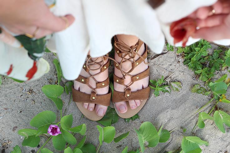 Weißes Schulterfreies Strandkleid Sommertrend 2016 Off-Shoulder Koh Lanta Thailand Strandoutfit camel Riemchensandalen 5