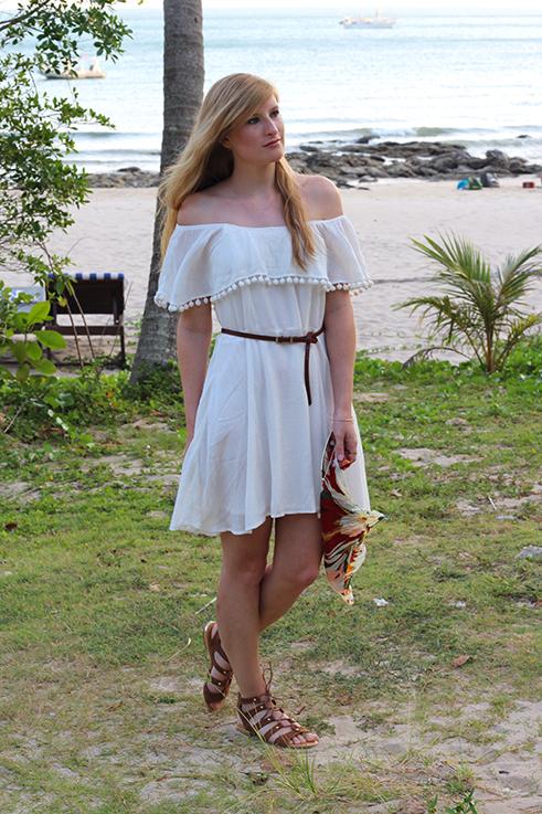 Weißes Schulterfreies Strandkleid Sommertrend 2016 Off-Shoulder Koh Lanta Thailand Strandoutfit camel Riemchensandalen 6