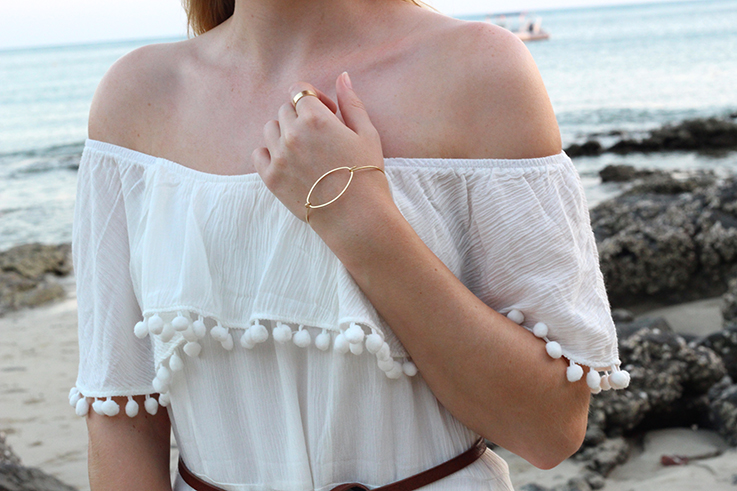 Weißes Schulterfreies Strandkleid Sommertrend 2016 Off-Shoulder Koh Lanta Thailand Strandoutfit goldener Schmuck 3