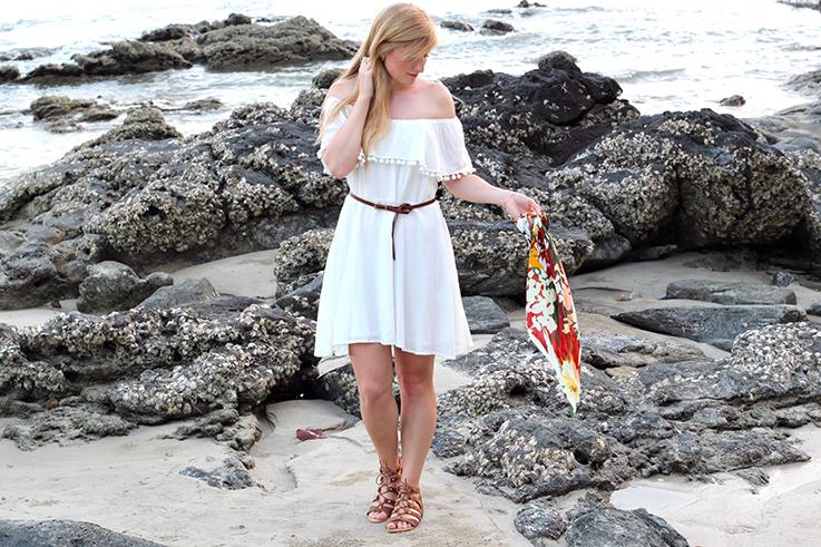 Weißes Schulterfreies Strandkleid Sommertrend 2016 Off-Shoulder Koh Lanta Thailand Strandoutfit camel Riemchensandalen OOTD Blog T