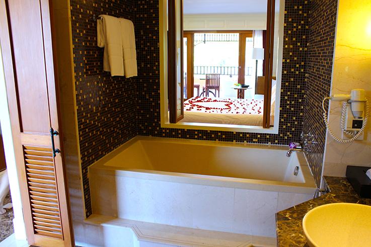 Amari Vogue Krabi Thailand Luxushotel Hotelbericht Review Reiseblog Badezimmer Badewanne
