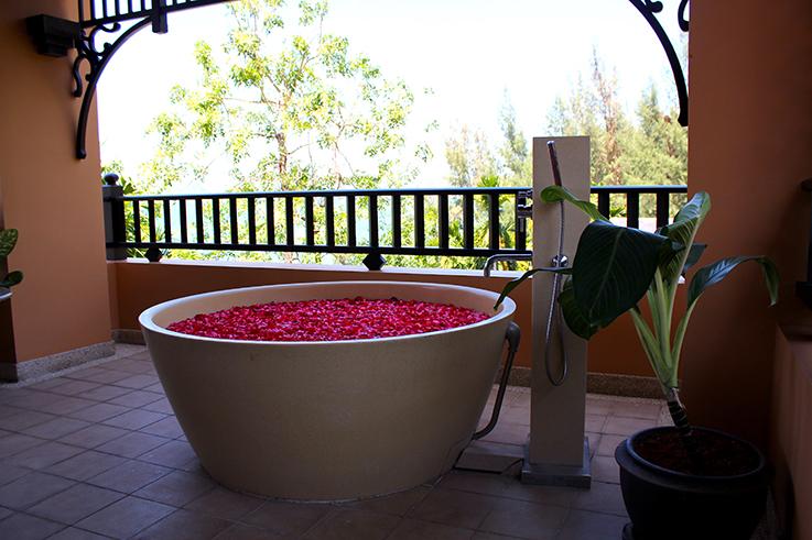 Amari Vogue Krabi Thailand Luxushotel Hotelbericht Review Reiseblog Blütenbad Badewanne freistehend