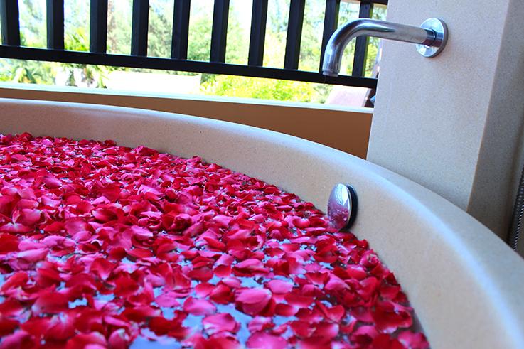Amari Vogue Krabi Thailand Luxushotel Hotelbericht Review Reiseblog Blütenbad Badewanne
