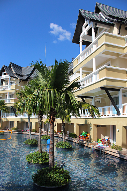 Angsana_Laguna_Phuket_Hotelbericht_riesiger_Pool_Palmen_Lagune_Thailand_Luxushotel_Reiseblog