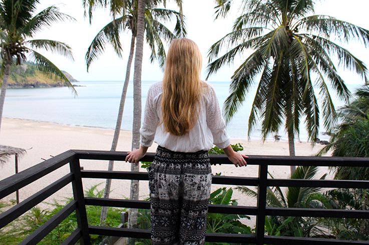 Ausblick Top 10 Thailand Reise Tipps lange weite Hose Reisegepäck Strand