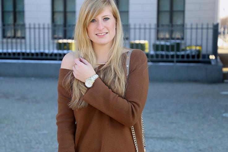 Flared Jeans Schlaghose kombinieren Zara Off-Shoulder Pullover Modeblog Trend Frühling 8