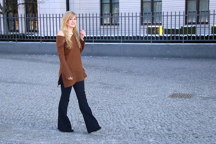 Flared Jeans Schlaghose kombinieren Zara Off-Shoulder Pullover Modeblog Trend Frühling T