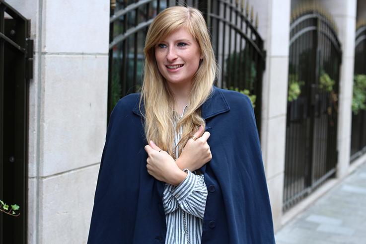 Gestreifte Bluse Layering Stoff-Cape kombinieren Outfit Brüssel Modeblog 5