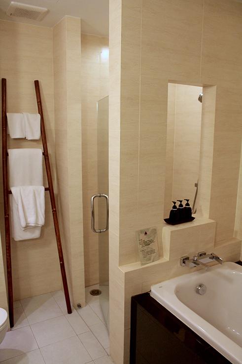 Navatara Phuket Resort Hotel Thailand Hotelbericht Reiseblog Badezimmer Badewanne Dusche
