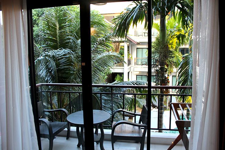 Navatara Phuket Resort Hotel Thailand Hotelbericht Reiseblog Balkon Palmen Ausblick