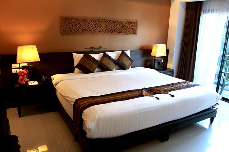 Navatara Phuket Resort Hotel Thailand Hotelbericht Reiseblog Deluxe Zimmer Bett
