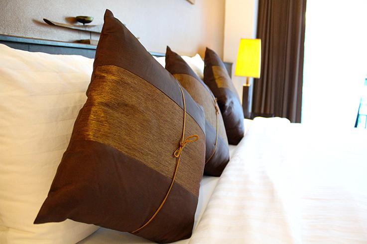 Navatara Phuket Resort Hotel Thailand Hotelbericht Reiseblog Deluxe Zimmer Kissen