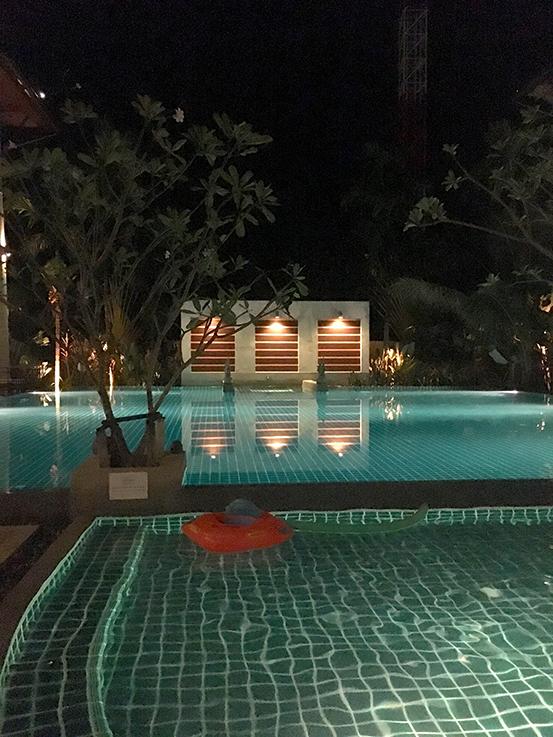 Navatara Phuket Resort Hotel Thailand Hotelbericht Reiseblog Pool by night