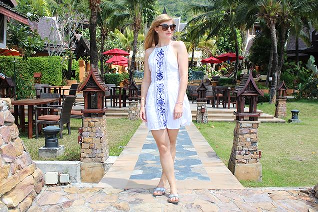 Urlaubsoutfit mit weißem, rückenfreien Strandkleid