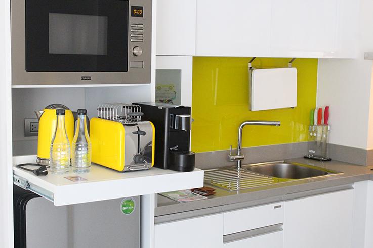 Cassia Phuket Hotel Thailand Reiseblog Brinisfashionbook Küche Weiß Gelb