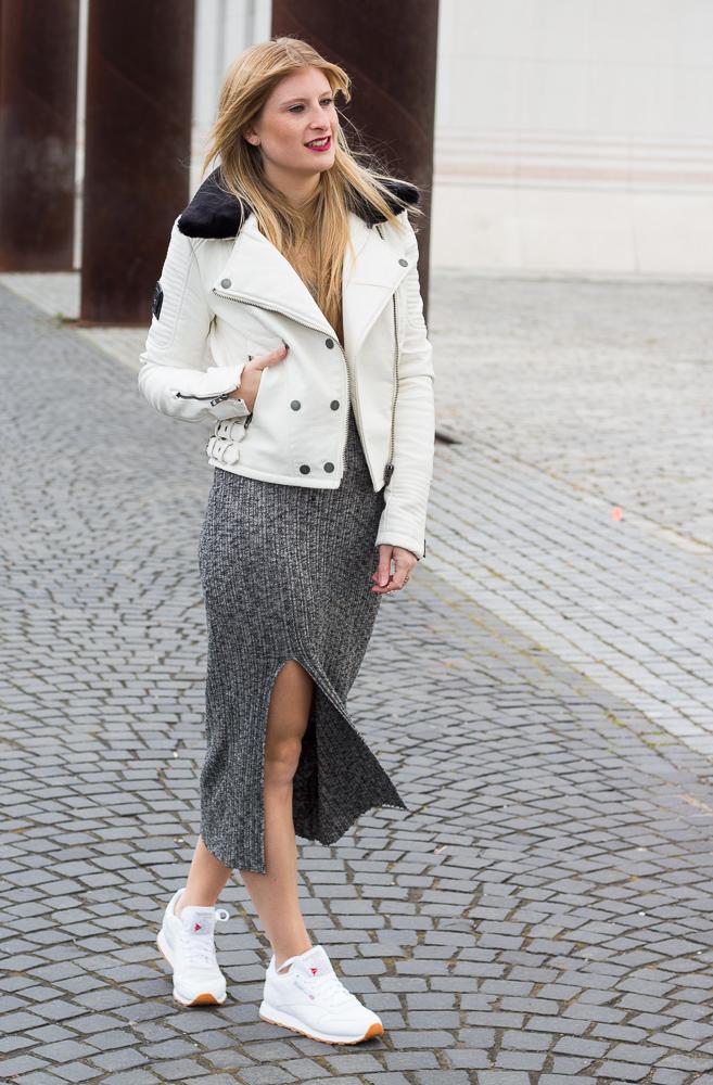 Weiße Sneaker kombinieren graues Wollkleid Asos weiße Lederjacke Street Style Köln 8