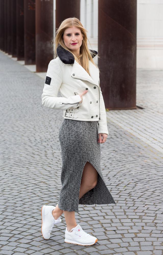 Weiße Sneaker kombinieren graues Wollkleid Asos weiße Lederjacke casual Look OOTD 1