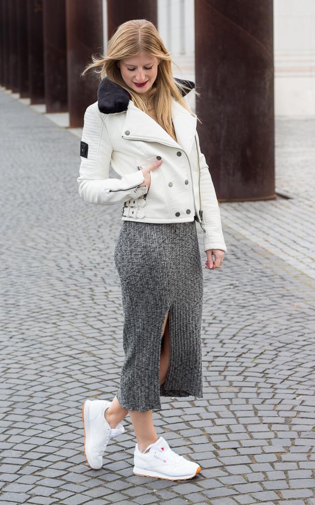 Weiße Sneaker kombinieren graues Wollkleid Asos weiße Lederjacke casual Look OOTD 5