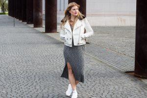 Weiße Sneaker kombinieren - mit Wollkleid und weißer Lederjacke