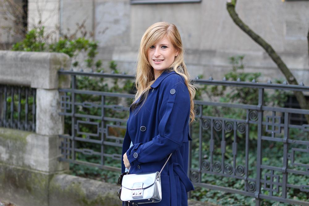 Blauer Trenchcoat Off-Shoulder Shirt silberne Furla Metropolis Modeblog 2