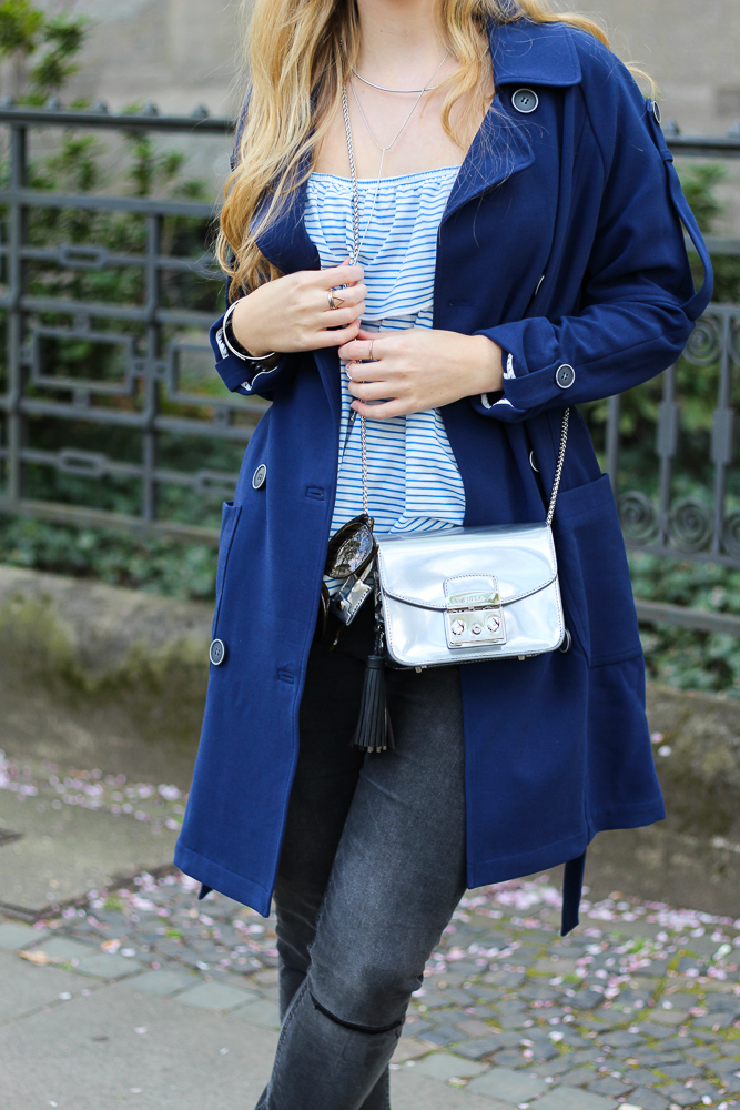 Blauer Trenchcoat Off-Shoulder Shirt silberne Furla Metropolis Modeblog Köln 5