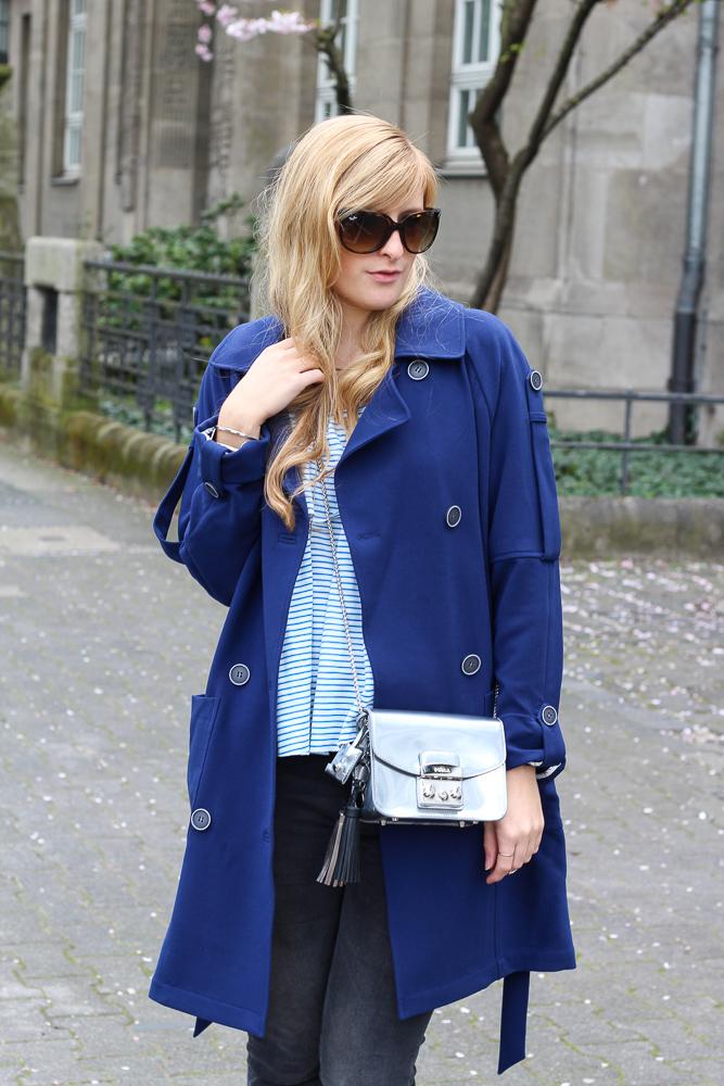 Blauer Trenchcoat Off-Shoulder Shirt silberne Furla Metropolis OOTD 6