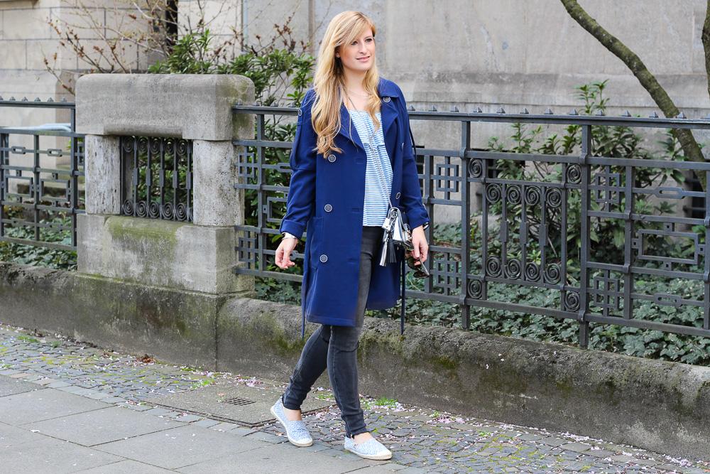 Fashion Look Blauer Trenchcoat silberne Furla Metropolis Espadrilles 7