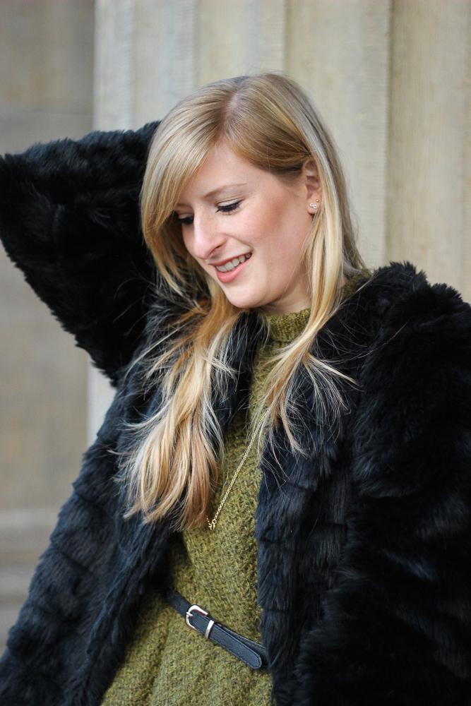 Grüner Pullover schwarze Kunstfell Jacke Outfit Modeblog MBFW 2
