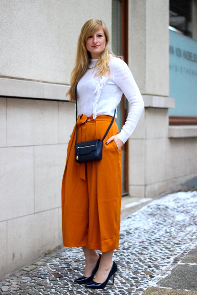 orange Culotte kombinieren Fashion Look weißer Pullover blaue Umhängetasche Berlin 6