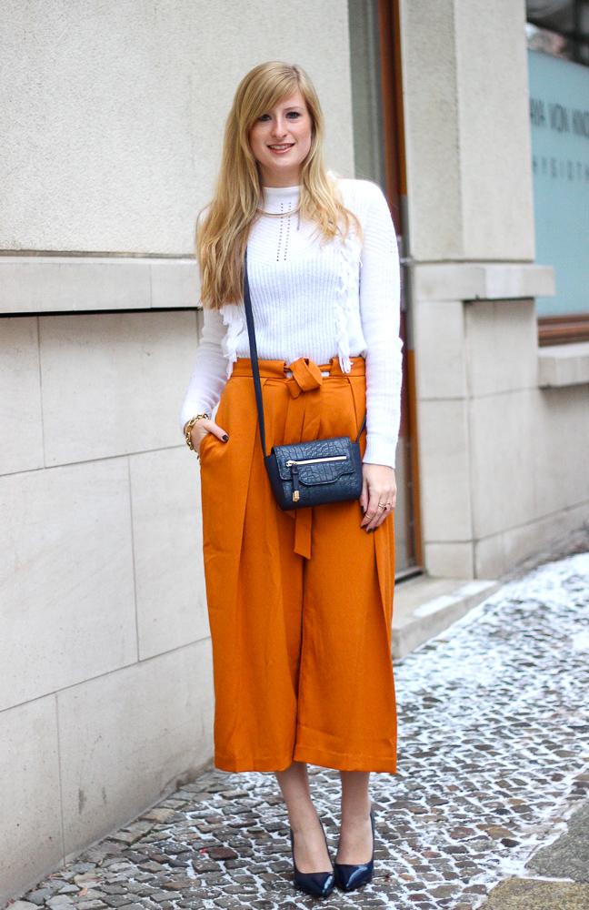 orange Culotte kombinieren Fashion Look weißer Pullover blaue Umhängetasche BrinisFashionbook 1