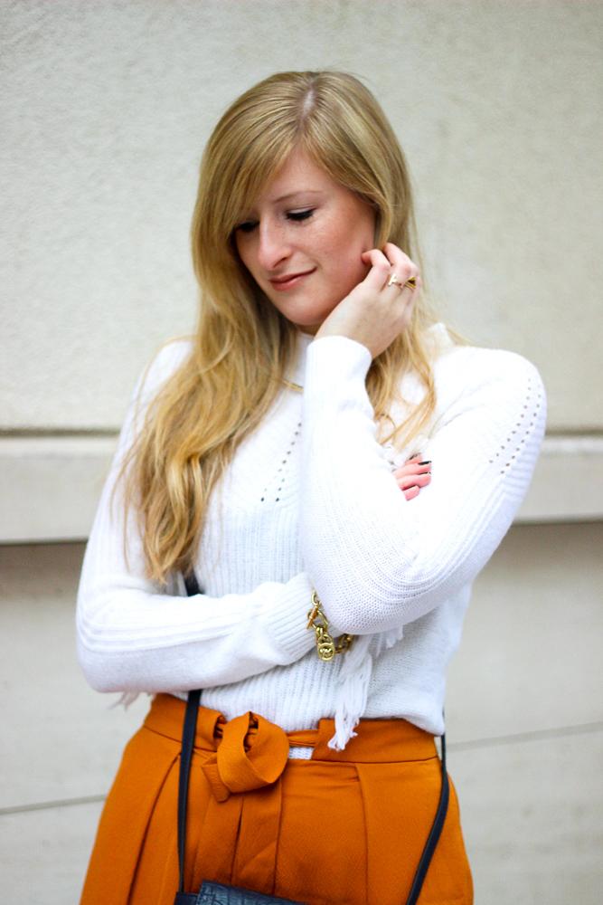 orange Culotte kombinieren Fashion Look weißer Pullover blaue Umhängetasche Modeblog 2