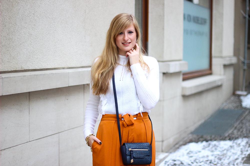 orange Culotte kombinieren Fashion Look weißer Pullover blaue Umhängetasche Modeblog 4