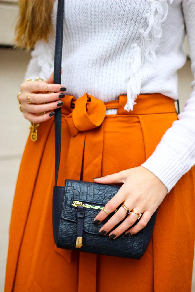 orange Culotte kombinieren Fashion Look weißer Pullover blaue Umhängetasche OOTD 3