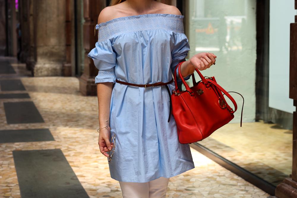 Blaue Zara Off-Shoulder Bluse mit weißer Ripped Jeans in Mailand