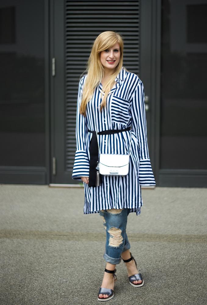 Boyfriend Ripped Jeans Look blau weiß gestreifte Bluse Edited Modeblog Köln 9