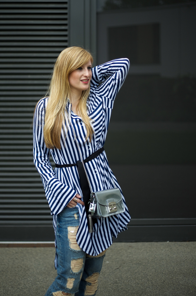 Boyfriend Ripped Jeans kombinieren OOTD blau weiß gestreifte Bluse Edited Modeblog Köln 3