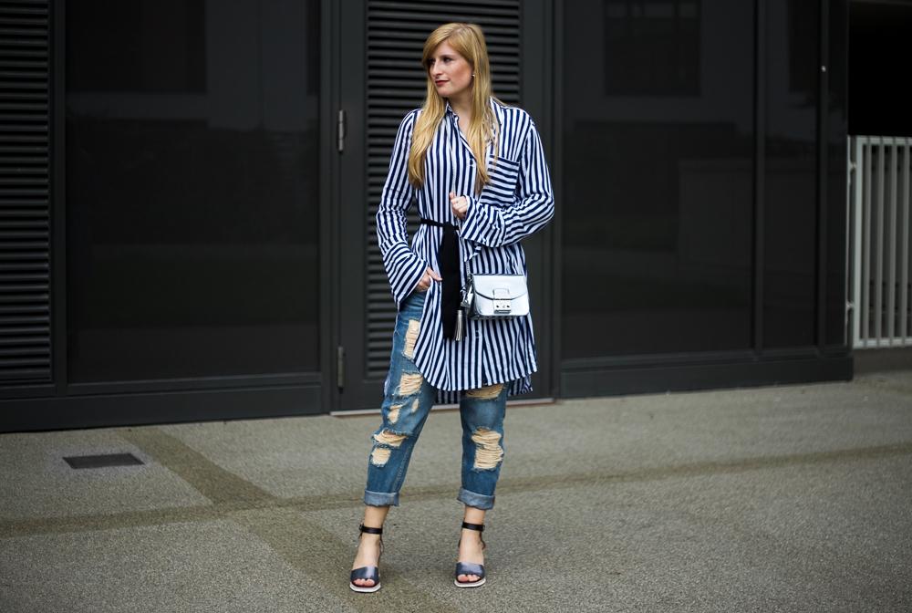 Außergewöhnlich Boyfriend Ripped Jeans kombinieren OOTD blau weiß gestreifte Bluse @EK_41