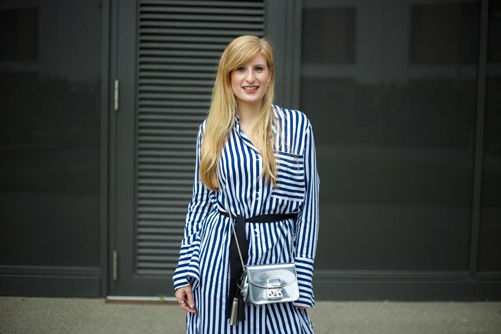 Boyfriend Ripped Jeans kombinieren OOTD blau weiß gestreifte Bluse Edited Modeblog Köln 7