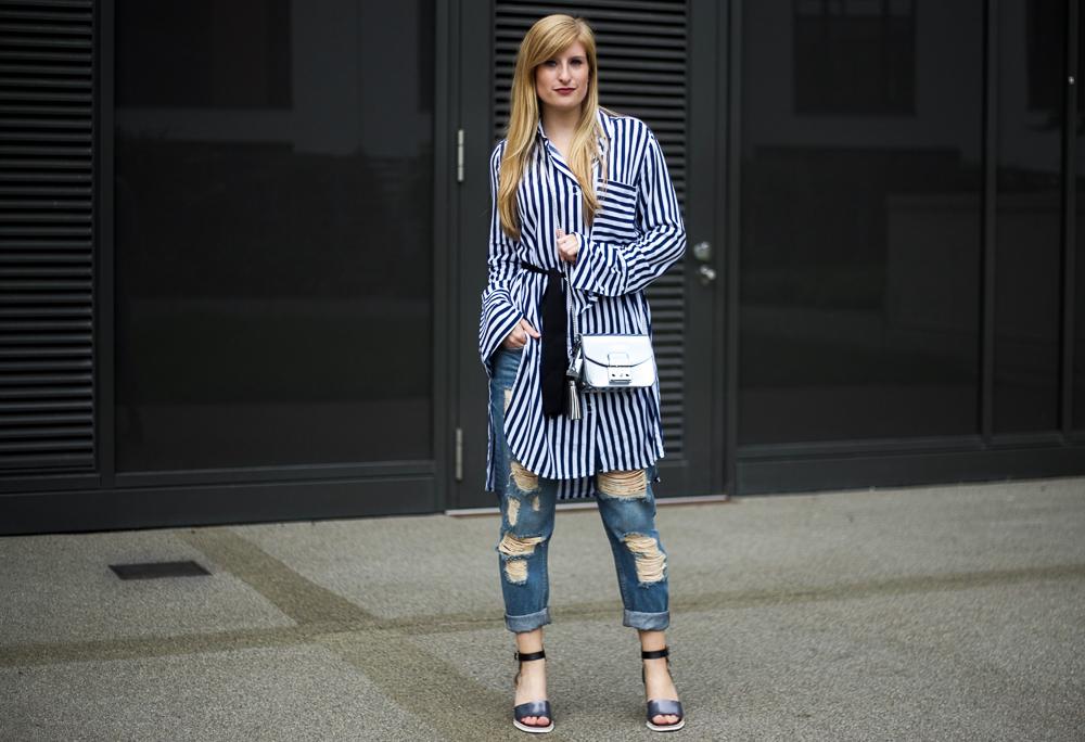 Boyfriend Ripped Jeans mit Blau Weiß gestreifter Bluse & Silber Highlights