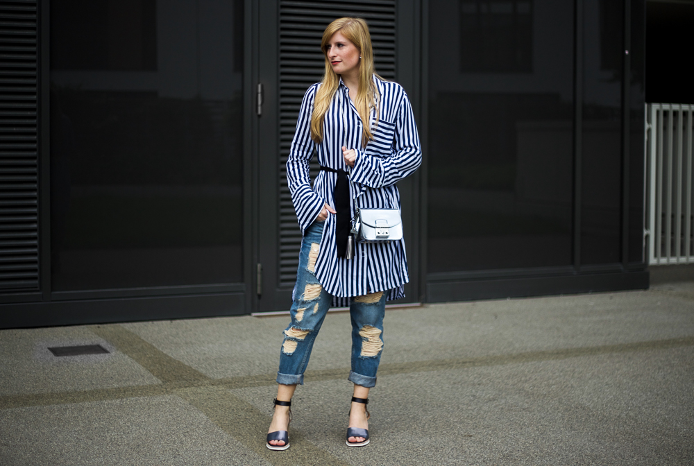 Boyfriend Ripped Jeans kombinieren OOTD blau weiß gestreifte Bluse Edited Modeblog Köln 4