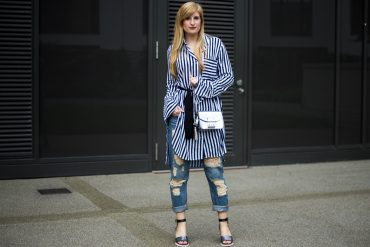 Boyfriend Ripped Jeans kombinieren OOTD blau weiß gestreifte Bluse Edited silberne Peperosa t