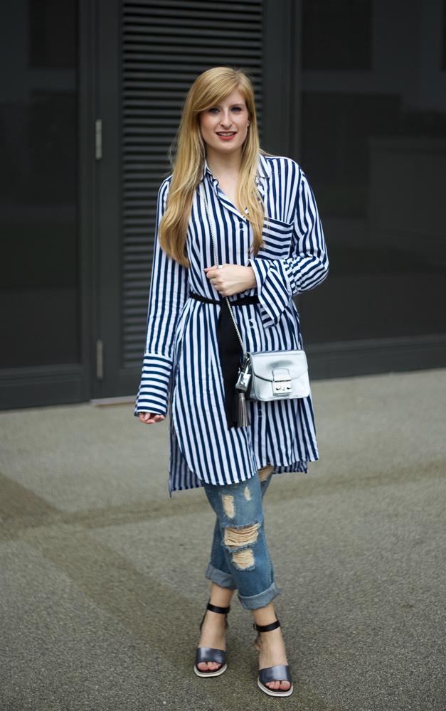 Boyfriend Ripped Jeans kombinieren OOTD blau weiß gestreifte Bluse Edited silberne Sandalen 1