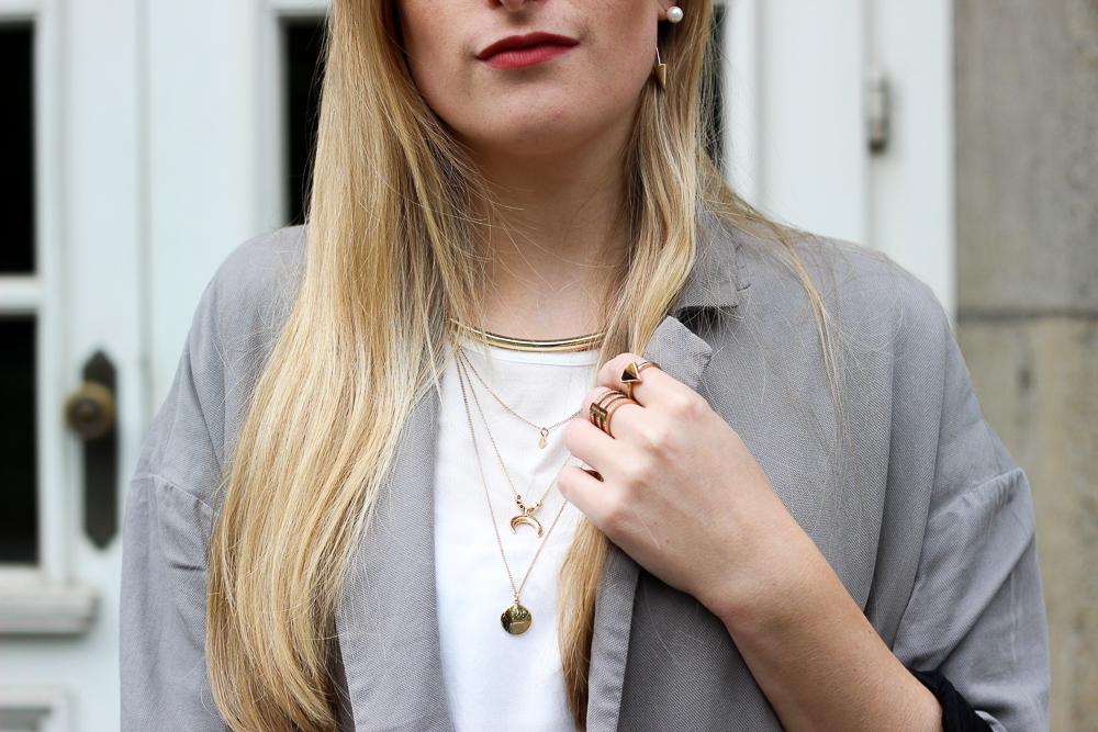 Goldener Schmuck filigrane Kette goldene Ohrringe Details Outfit Fashion Blog 7