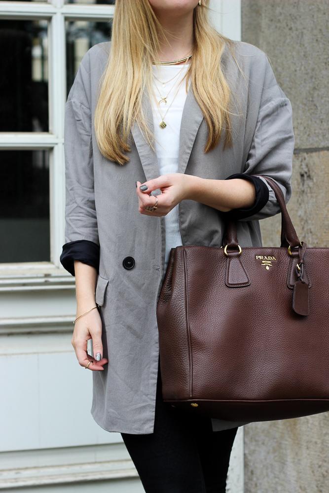 Grauer Oversized Zara Blazer braune Prada Tasche Modeblog Bonn Brini 3
