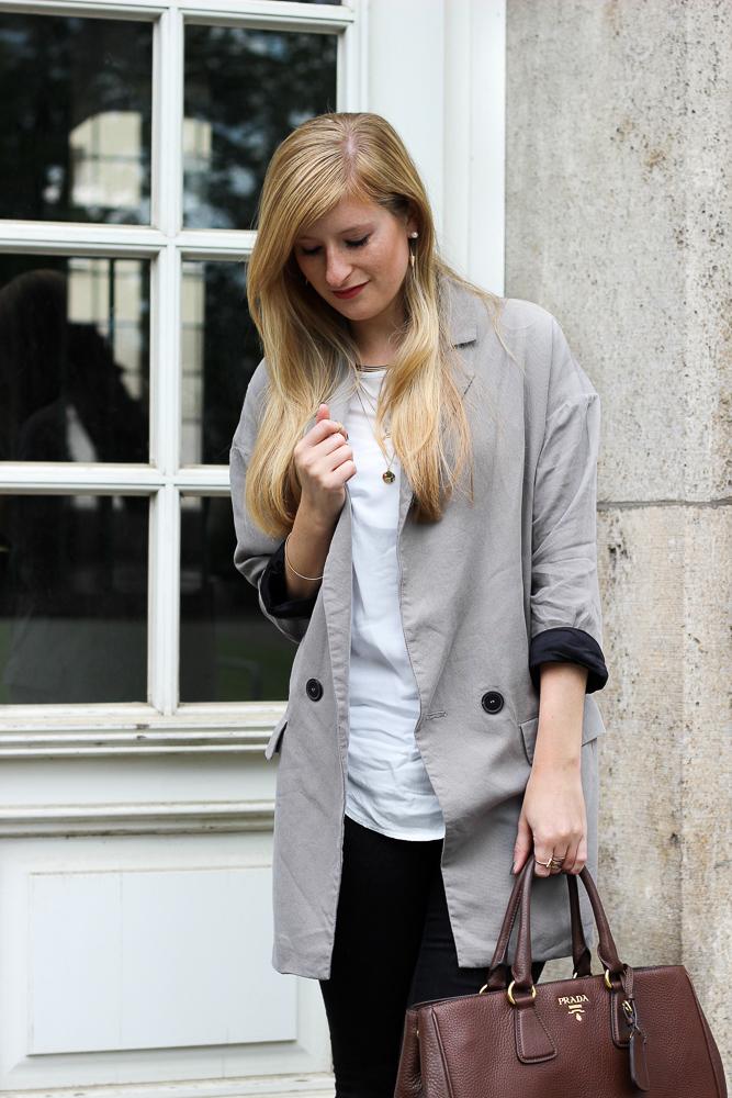 Grauer Oversized Zara Blazer braune Prada Tasche Modeblog Bonn Brini 4