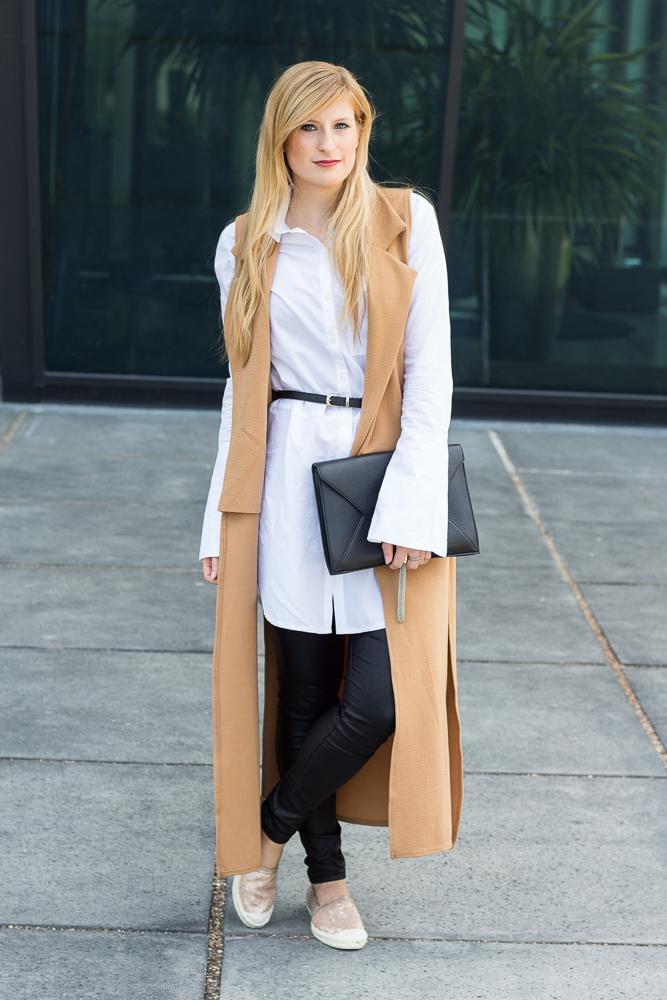 Lange ärmellose Weste Camel Asos Bluse Trompetenärmeln Espadrilles Outfit kombinieren Trend 1