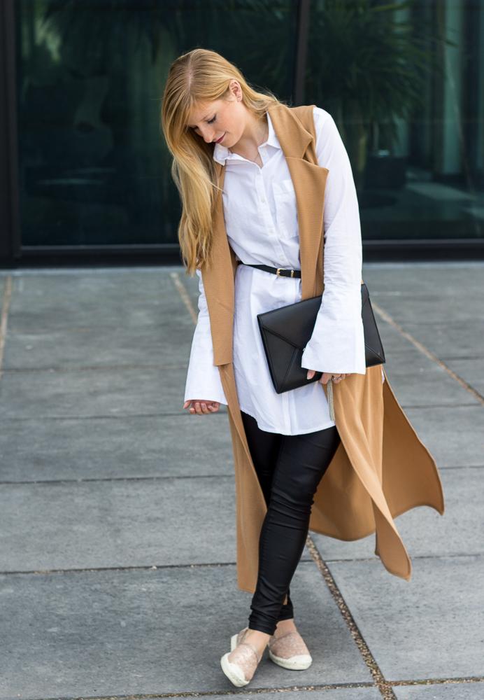 Lange ärmellose Weste Camel Asos Bluse Trompetenärmeln Espadrilles Outfit kombinieren Trend 4
