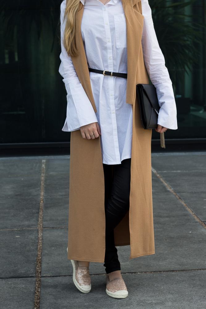 Lange ärmellose Weste Camel Asos Bluse Trompetenärmeln Espadrilles Outfit kombinieren Trend Bonn 9